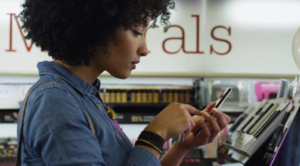 82% des mobinautes consultent leurs téléphones en magasin